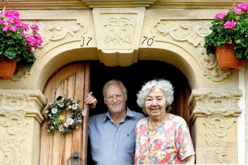 Charlotte und Eberhard Hörhold wohnen im Haus von Charlottes berühmten Großvater, dem Lausche-Wirt Alwin Weickert.