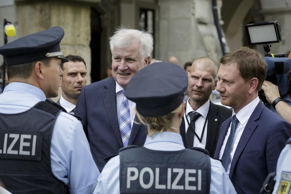 Kontakt mit den Mitarbeitern: Horst Seehofer, Bundesminister des Inneren (links) spricht auf dem Untermarkt mit Polizeibeamten. Michael Kretschmer, sächsischer Ministerpräsident ist natürlich auch dabei.