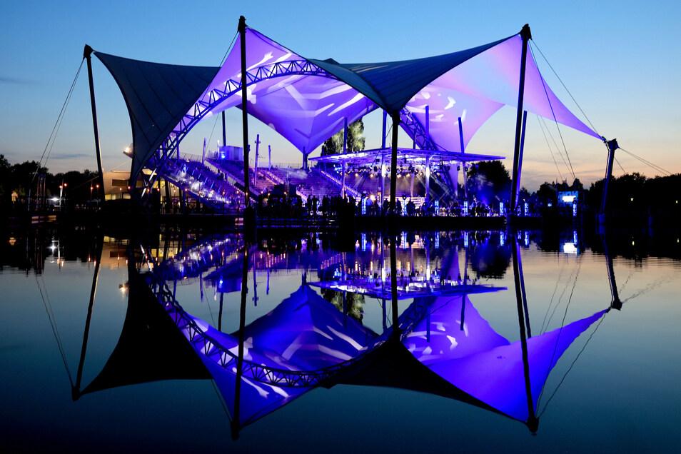 Blick auf die abendliche Seebühne im Elbauenpark: Hier fand am Samstagabend der erste Boxkampf mit Publikum seit Beginn der Pandemie statt.