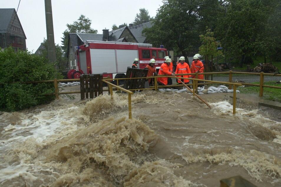 Beginn des Hochwassers am 12. August 2002: Die Feuerwehr steht hilflos an den reißenden Fluten des Tiefenbachs in Altenberg.