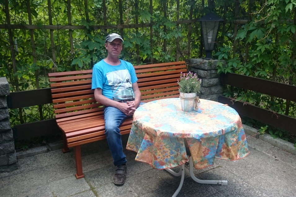 Sven Kretschmer auf seiner Bungalow-Terrasse. Hier am Stausee Quitzdorf kann er zurzeit nur tagsüber von Mücken unbehelligt sitzen.