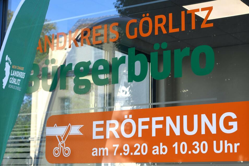 Der Landkreis ist zurück in Löbau: Der erste Kunde klopfte bereits 8.10 Uhr an die Tür - musste sich dann aber bis nach der offiziellen Eröffnung gedulden.