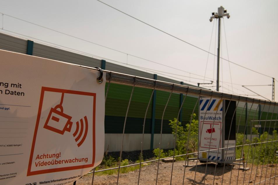 Wo die Bahn in Zschieschen an der Merschwitzer Straße die Schallschutzwand verlängern lässt, gibt es auch eine moderne Videoüberwachung.