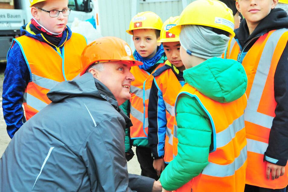 Kinder der dritten Klassen der Bobersbergschule besuchen die Baustelle an der Weßnitzer Straße. Vor allem können sie richtig mit Hand anlegen.