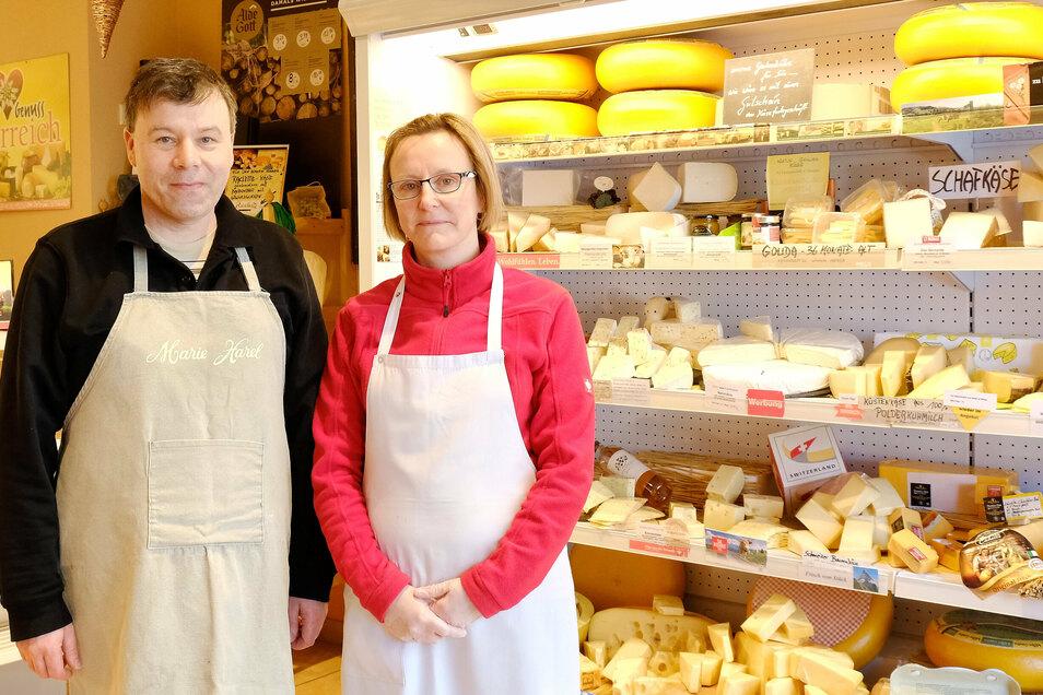 Anja und Danny Martin in ihrem Käsefachgeschäft auf dem Hahnemannsplatz.