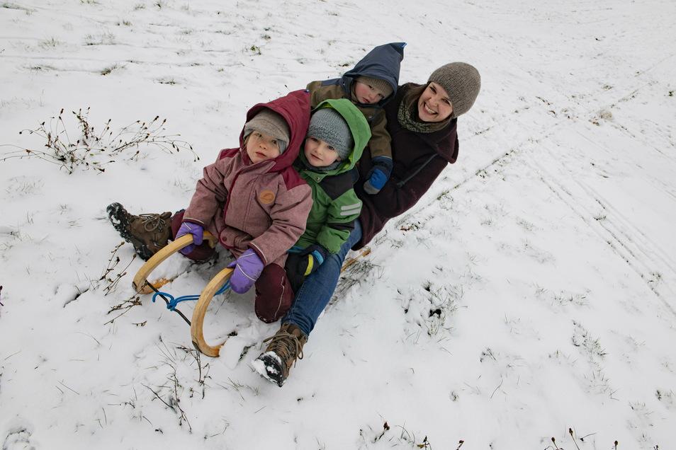 Jessie Preibisch hat mit den Kindern Emil, Matteo und Helene beim Rodeln viel Spaß im Stadtpark.