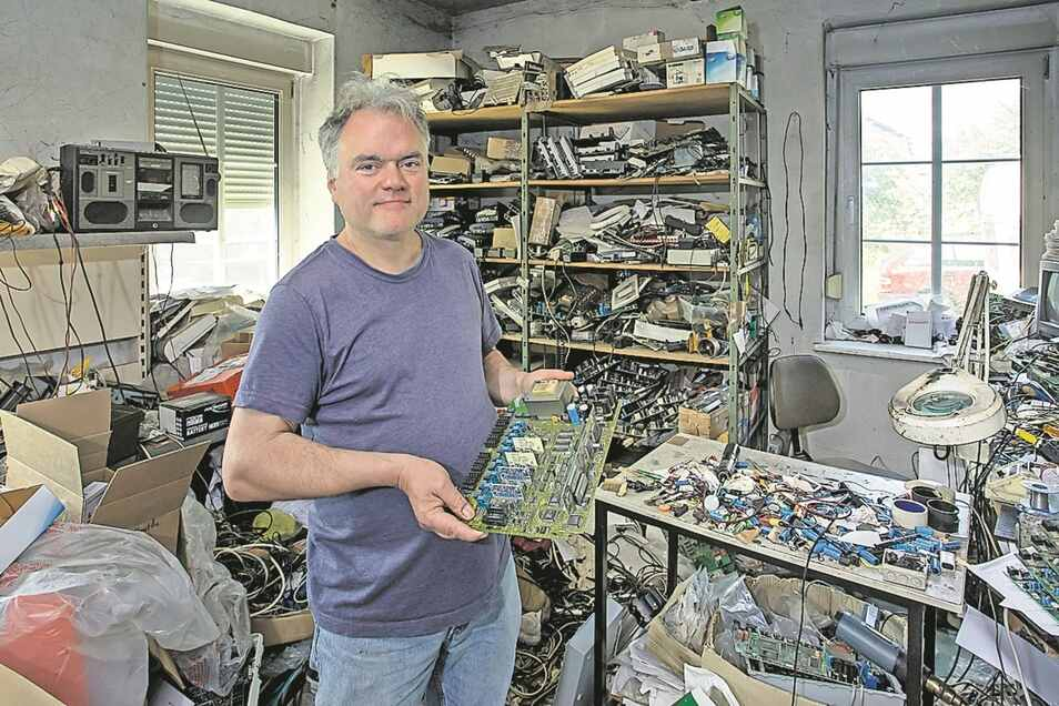 Bastler Hantke in seinem Hobbyzimmer, wo er Telefontechnik aus den 1990ern repariert.
