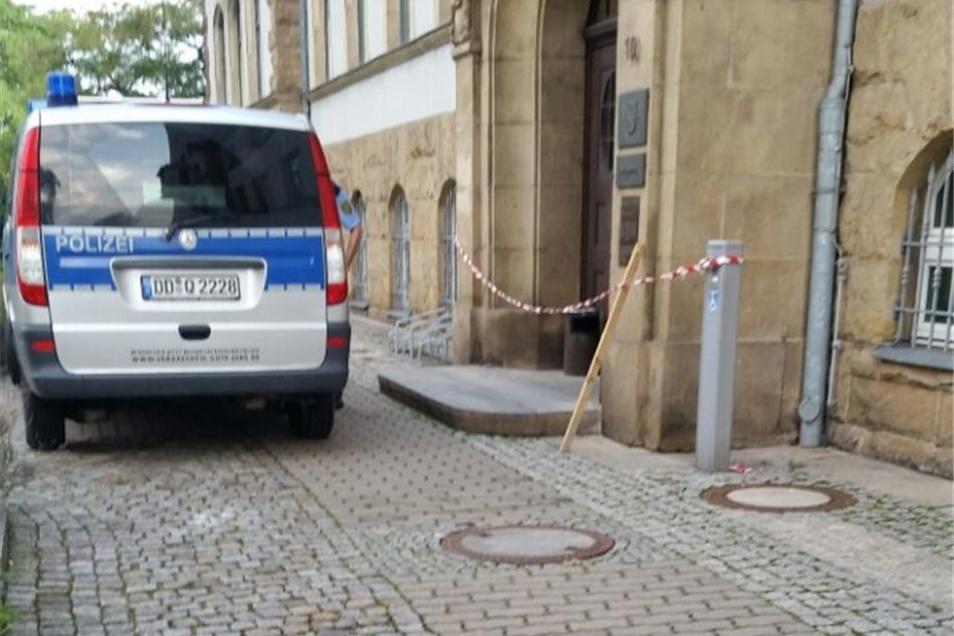 Die Polizei sperrte den Haupteingang ab. Laut den Beamten wurde der Urheber bislang nicht gefunden.