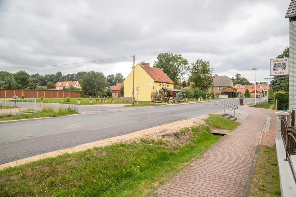 Eine Wendemöglichkeit ist am Blumengeschäft (gelbes Haus). Dann hätten die Kinder noch ein paar Meter bis zur Grundschule zu laufen.