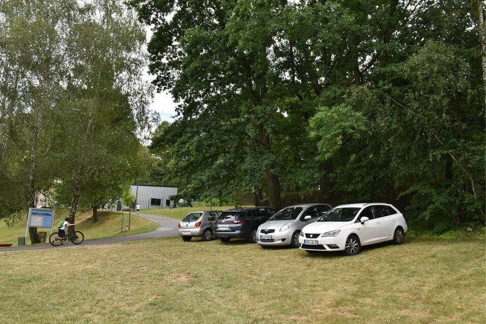 Verboten, aber schattig: Parken auf der Wiese neben der Zufahrt zum Heidenauer Bad.