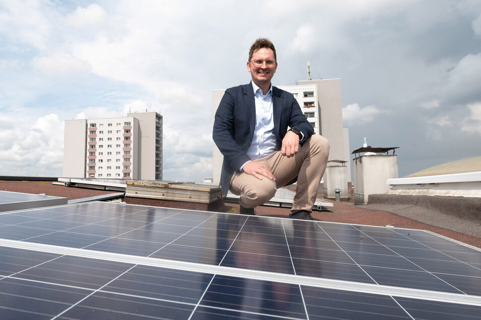 Wie hier auf der Rottwerndorfer Straße hat die Vonovia auf weiteren rund 280 Dächern in Dresden Photovoltaik-Anlagen installiert. Rafael Wilke, der Leiter Energieerzeugung Vonovia, sagt, dass 80 weitere kommen.