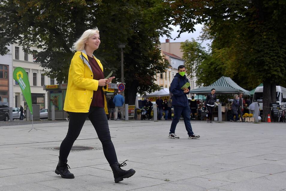 Im Wahlkampf zeigt sich die Grünen-Kandidatin energisch. Sie läuft gezielt auf Passanten zu, um sie mit einem Lächeln und vom Parteiprogramm zu überzeugen.