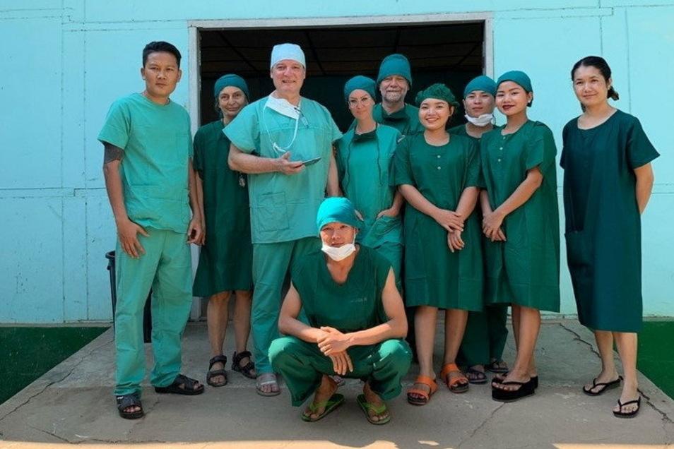 Der Nieskyer Chirurg und Oberarzt Dr. Uwe Henschel (3.v.l.) während seines Einsatzes in Myanmar mit seinem OP-Team, fotografiert im vergangenen Jahr.