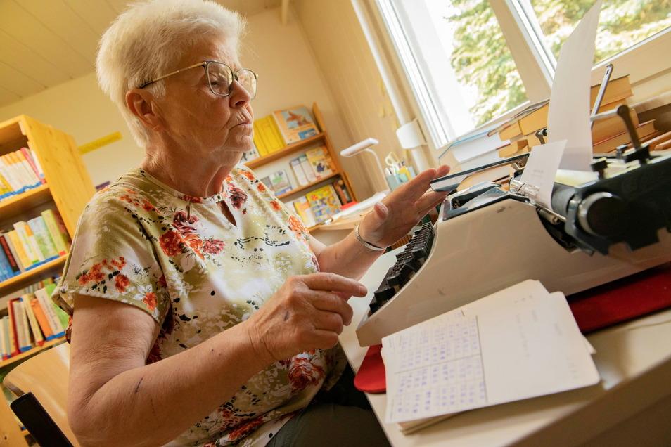 Renate Hausdorf ist seit 1992 Bibliotheksassistentin und hat geholfen, die Bibliothek am neuen Standort wieder aufzubauen. Jetzt macht sie die Urlaubs- und Krankheitsvertretung.