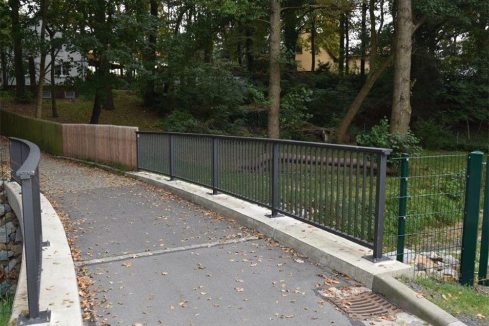 Die Brücke Am Bach dagegen, etwas unterhalb, hat ein dichteres Geländer.