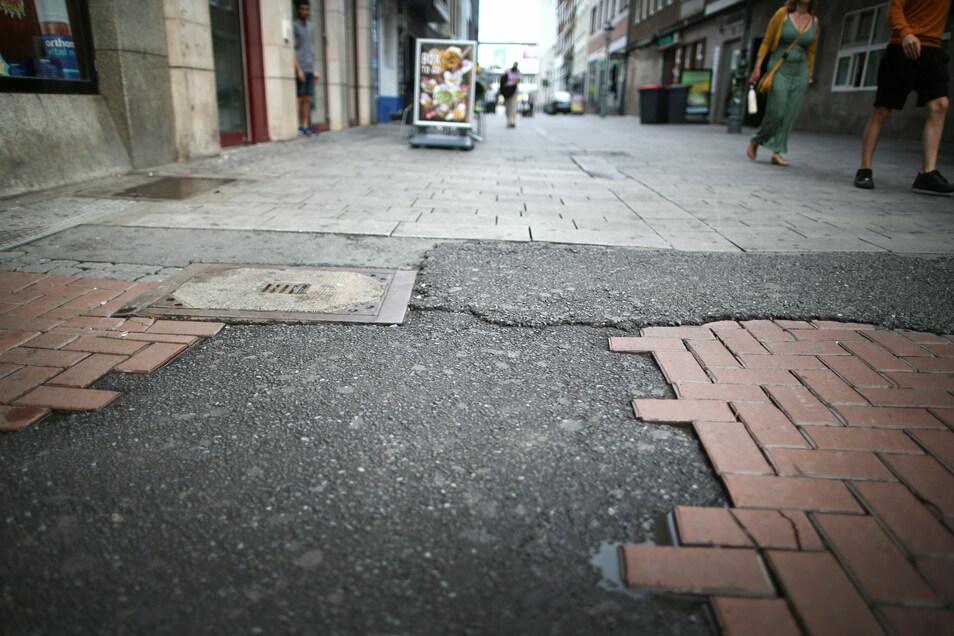 Der Ort in der Düsseldorfer Altstadt, an dem am Samstagabend ein umstrittener Polizeieinsatz stattgefunden hat. Bei dem Polizeieinsatz hatte ein Beamter einen Jugendlichen mit dem Knie am Kopf zu Boden gedrückt.