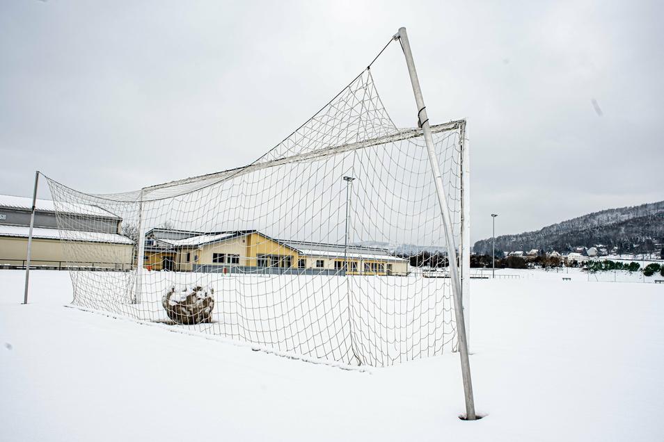 Derzeit ruht der Sportplatz in Elstra unter einer Schneedecke. Wann mit der Sanierung begonnen werden kann, ist noch offen.
