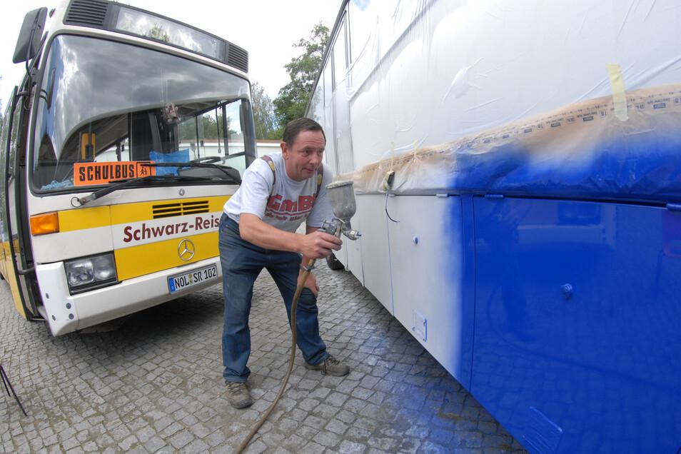 Selbst ist der Mann: Harald Schwarz bereitet 2008 in seinem Busunternehmen Busse für den Einsatz als Linienbus oder als Schulbus vor. Dazu gehört auch eine firmenspezifische Lackierung der Fahrzeuge. Archivfoto: Rolf Ullmann