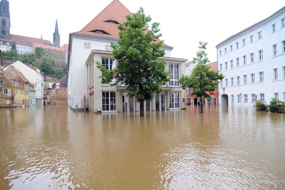 Von Wassermassen umgeben: Diesen traurigen Anblick bot das Theater am 4. Juni 2013 kurz vor dem Höhepunkt der damaligen Elbe-Flut. Seit Jahren wird darüber diskutiert, wie so etwas in Zukunft verhindert, das Theater besser vor Hochwasser geschützt werden