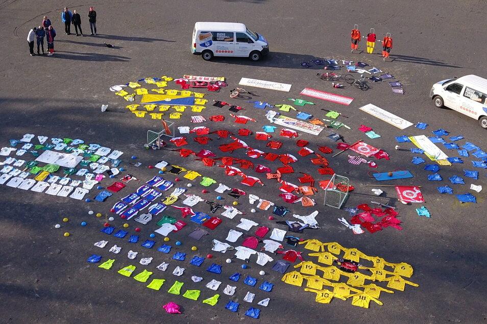 Der Kreissportbund Bautzen startete am Sonntag auf dem Kamenzer Jahn-Sportplatz eine außergewöhnliche Aktion für die Öffnung der Sportstätten. Zwölf Vereine des Landkreises legten aus Protest gegen das Verbot, im Verein Sport zu treiben, symbolisch Trikot
