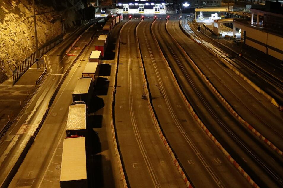 Großbritannien, Dover: Lastwagen stehen am Hafen in Dover.