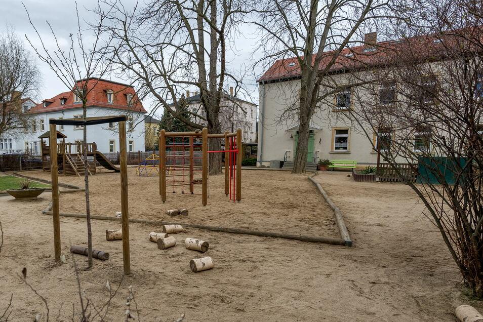 Verwaist präsentiert sich der Spielplatz der Kita Harmoniestraße, weil es derzeit aufgrund der Pandemie nur eine Notbetreuung gibt. Im August nächsten Jahres werden Kinderstimmen hier ganz verstummen. Die Stadt gibt die Einrichtung auf.