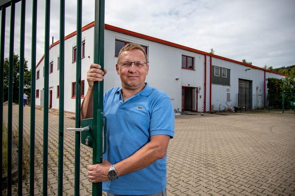 Geschäftsführer Markus Mütsch öffnet das Tor des neuen Firmensitzes von KVB im Mockritzer Gewerbegebiet.
