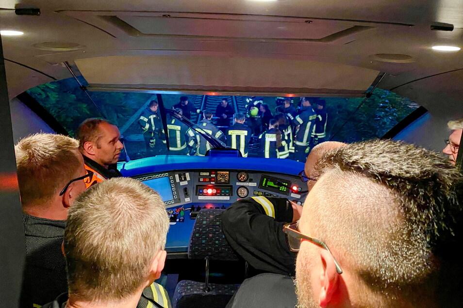 Ungewöhnliche Perspektive für die Feuerwehrleute: Rund 30 Kameraden übten jetzt am Kamenzer Bahnhof, was bei einem Zugunglück zu tun ist.
