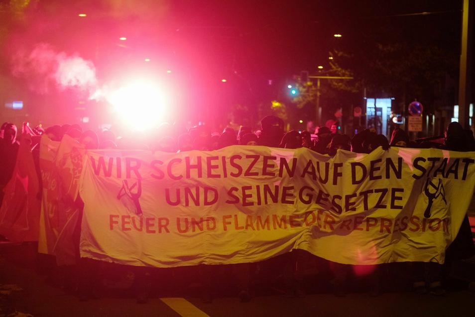 Mehrere hundert Meschen protestierten am Samstag in Leipzig gegen den Staat und seine Gesetze.