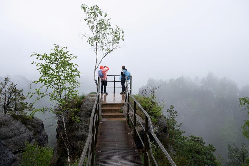 Wandern wird auch zu Pfingsten erlaubt sein, wie hier im Nationalpark Sächsische Schweiz auf einer Aussichtsplattform.