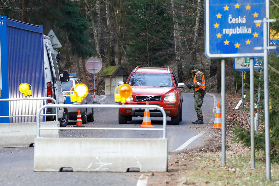 Strenge Grenzkontrollen am Touristenübergang von Petrovice nach Lückendorf.
