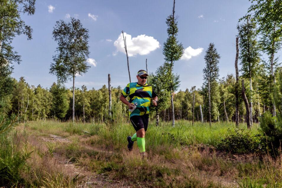 Zwar gibt es auf den zugelassenen Wanderwegen im Dubringer Moor anders als hier immer mal Schatten durch große Bäume. Aber bei einer Tour über rund 14 Kilometer bei 28 Grad Celsius ist das Mitführen von Wasser doch angeraten.