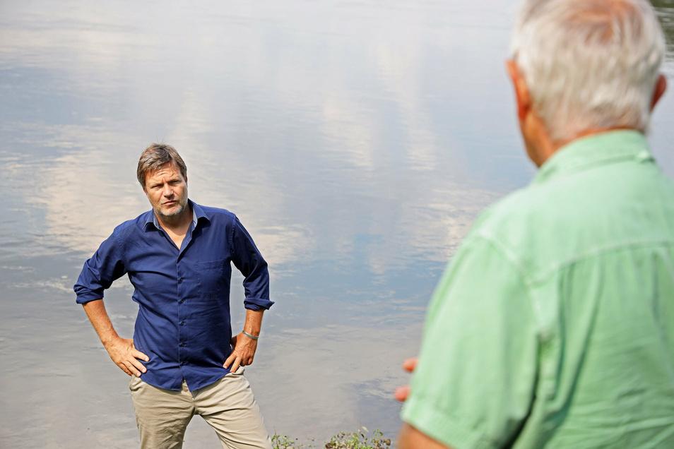 Grünen-Politiker Robert Habeck am Dienstag bei seinem Besuch der Agrargenossenschaft in Kreinitz.