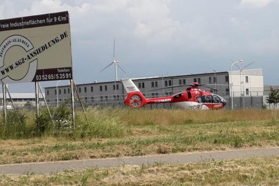 Ein Hubschrauber landete auf der Wiese vorm Gefängnis.
