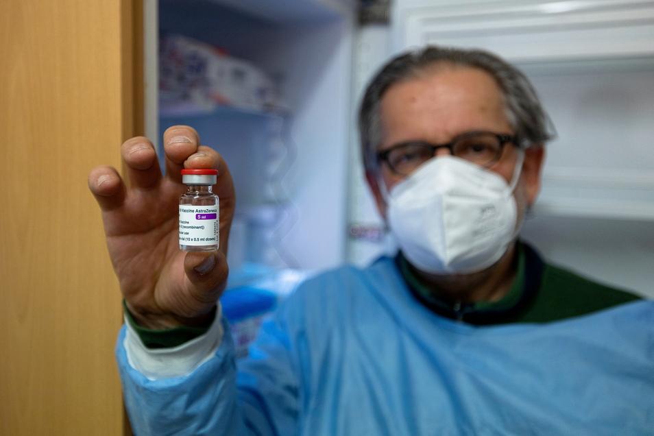Wolfgang Gusel, Arzthelfer in der Frauenarztpraxis Gamarasi in Dippoldiswalde, hält eine Impfstoff-Ampulle, die jetzt speziell in die Grenzkreise ausgegeben wurden.
