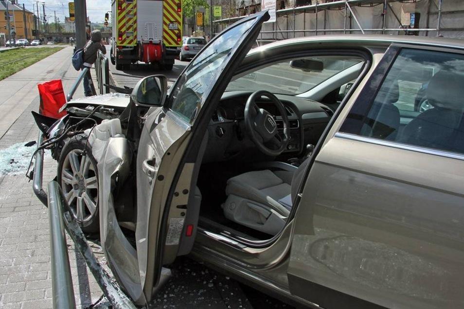 Die Geländer und das Auto wurden bei dem Zusammenprall schwer beschädigt.
