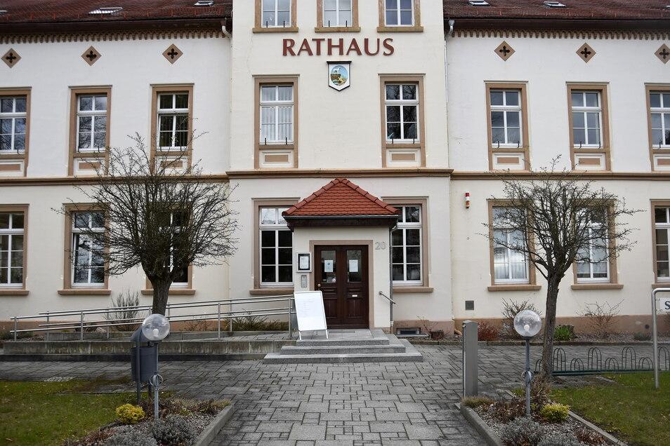 Unbekannte haben das Neukircher Rathaus mit Stickern beklebt, die mittlerweile vom Hausmeister entfernt wurden.