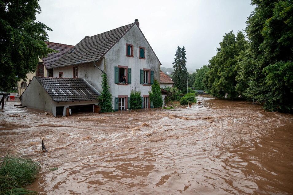 Rheinland-Pfalz, Erdorf: Die Kyll ist in Erdorf über die Ufer getreten und hat Teile des Dorfes geflutet.