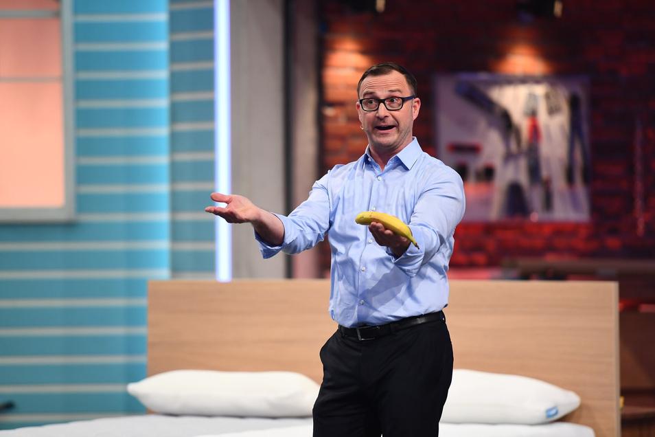 Normale Matzratzen werden im Alter weich – wie diese Banane, die Kay Steinbach in der Hand hält, als er die Vorteile der Soulmat erklärt. Die soll nämlich 25 Jahre halten.