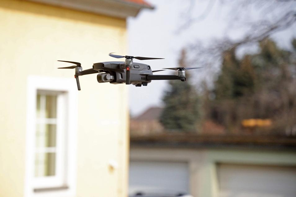 Die Drohne schaut vom Hof des Orchestersitzes in Gröba in den Probensaal hinein.