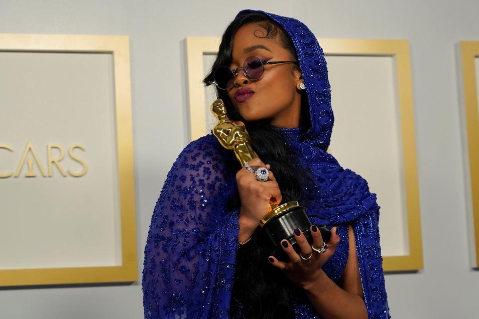 H.E.R., Sängerin, mit dem Oscar für den besten Originalsong für «Fight For You» aus «Judas and the Black Messiah».