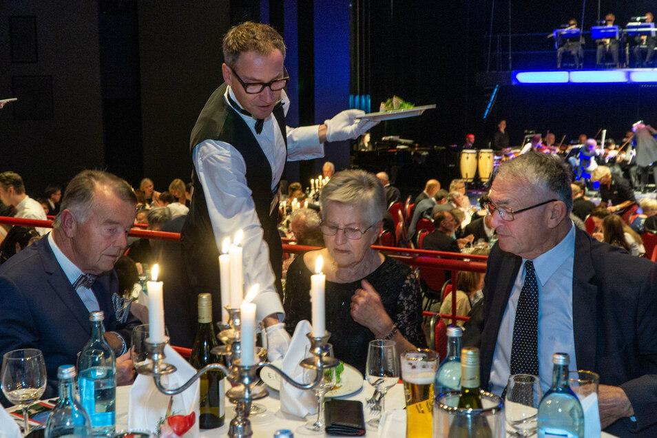 Im vorigen Jahr kredenzte unter anderem Schauspieler Mirko Brankatschk Gästen des Bautzener Bühnenballs den ersten Gang des Menüs. Diesmal fällt die Veranstaltung aus.