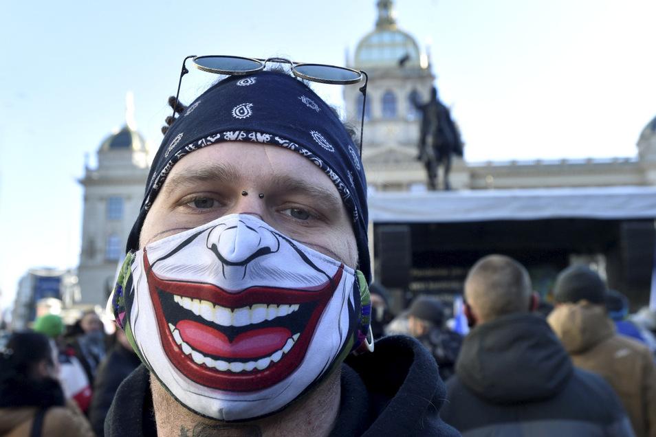 Nur die Maske trägt gute Laune. Das Foto entstand Ende Januar, als sich Hunderte Menschen auf dem Wenzelplatz in Prag versammelten, um gegen die Regierungsmaßnahmen zur Corona-Bekämpfung zu demonstrieren.
