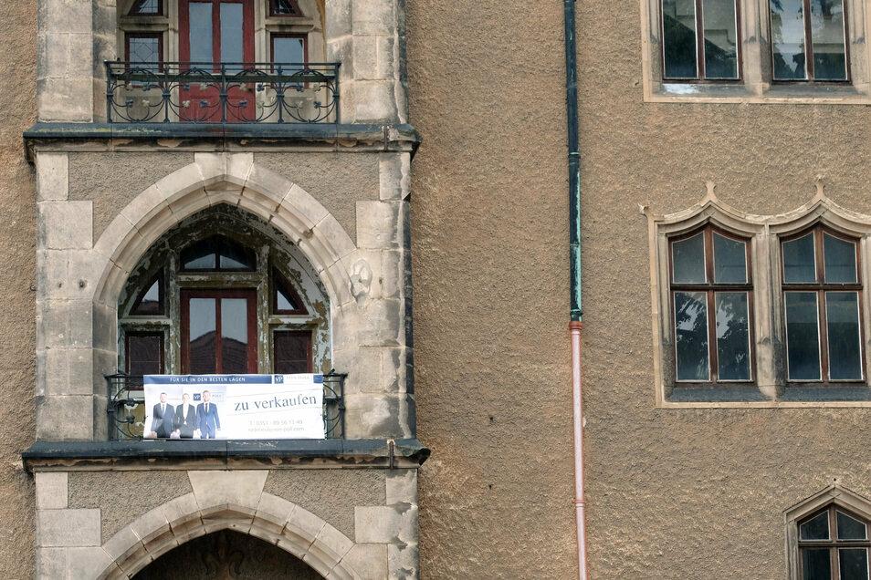 Ein Banner wirbt um Käufer für das seit gut einem Dutzend Jahre im Dornröschenschlaf dämmernde Meißner Kornhaus.