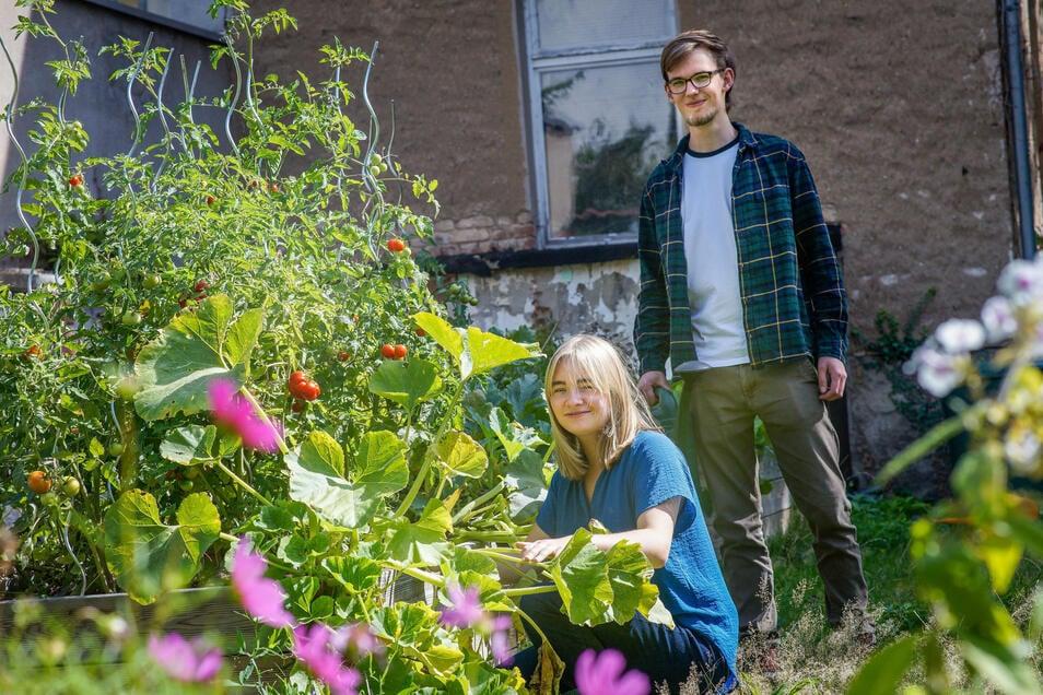Marie und Richard freuen sich über den Garten des Jugendclubs Kurti in Bautzen. Trotzdem treffen sie sich im Sommer abends lieber auf dem Theaterplatz.