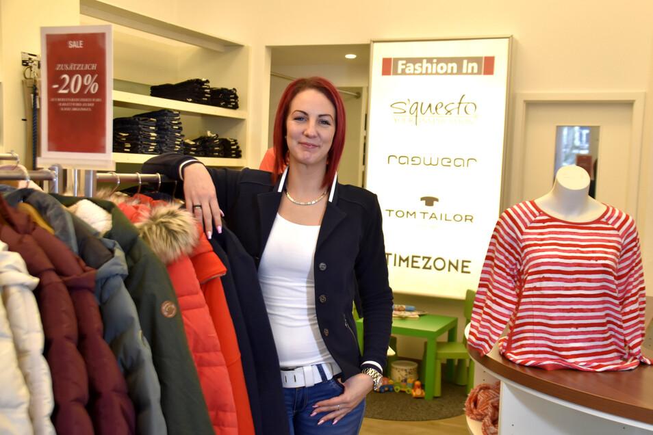 """Im Modegeschäft """"Fashion In"""" am Markt in Radeberg bietet Verkäuferin Carolin Lippmann schicke Jacken, Jeans und vieles mehr an. Bisher seien vor allem Stammkunden aus dem Einkaufszentrum EKZ in den Laden gekommen."""
