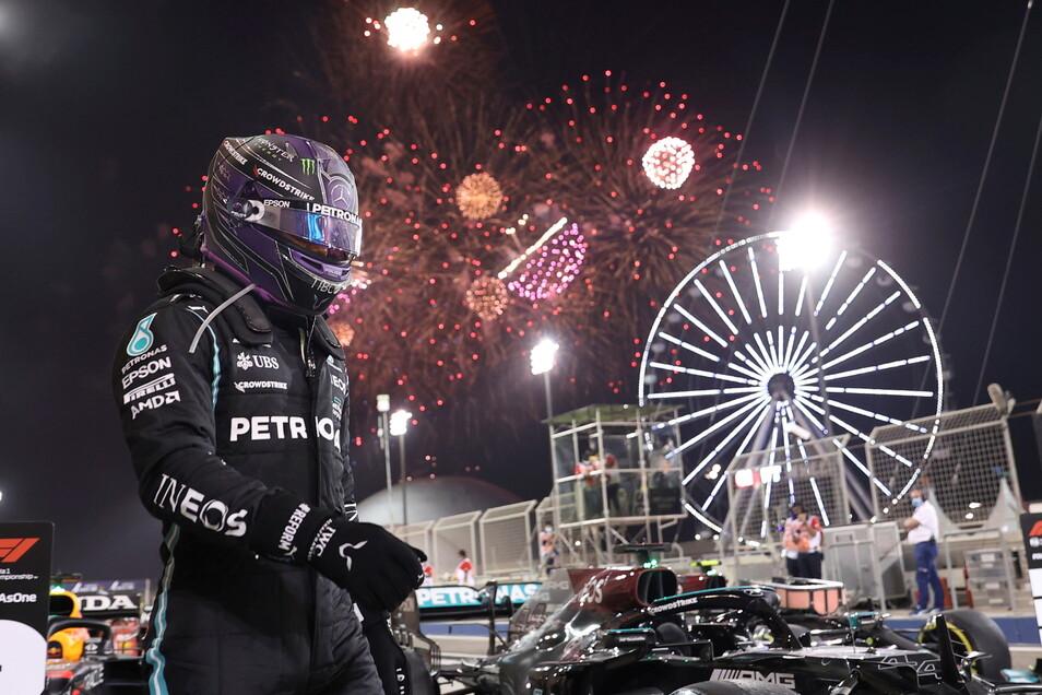 Ein Feuerwerk explodiert am Himmel hinter Lewis Hamilton aus Großbritannien vom Team Mercedes, nachdem er das Rennen gewonnen hat.