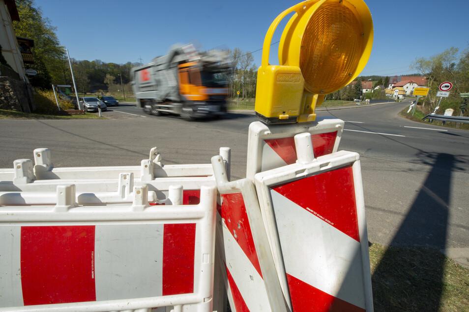 Die Zahl der Warnbaken an der S 34 unweit des Schweizer Hauses zwischen Döbeln und Niederstriegis hatte sich kurzzeitig vervielfacht. Jetzt sind die Schäden am Durchlass beseitigt. Die Absperrungen verschwinden.
