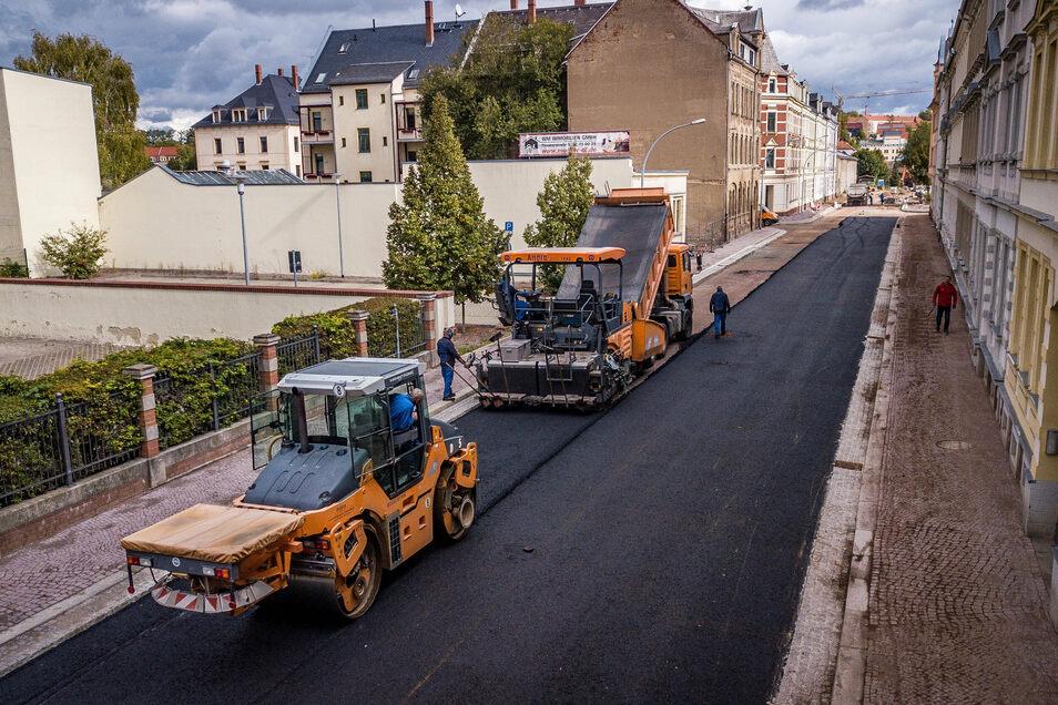 Im Herbst wurde die östliche Schillerstraße fertiggestellt. Sie ist die Zufahrt für die Brücke Schillerstraße, deren Bau im Frühjahr beendet werden soll.
