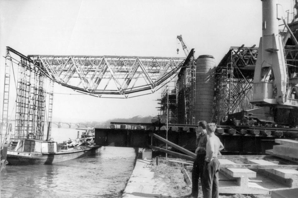 Das Lehrgerüst am Altstädter Ufer steht im März 1968. Auf ihm wird der Überbau errichtet.